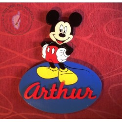 Plaque de porte Mickey, fond bleu moyen et prénom rouge