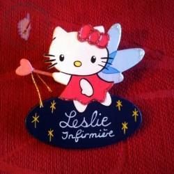 Badge Hello Kitty Fée, personnalisable par le texte et la couleur du fond