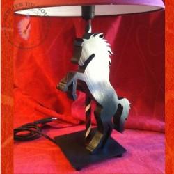 Lampe de chevet au fier cheval noir !
