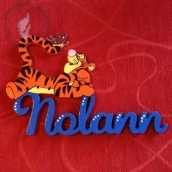 Plaque de porte prénom décoré de Tigrou et son papillon